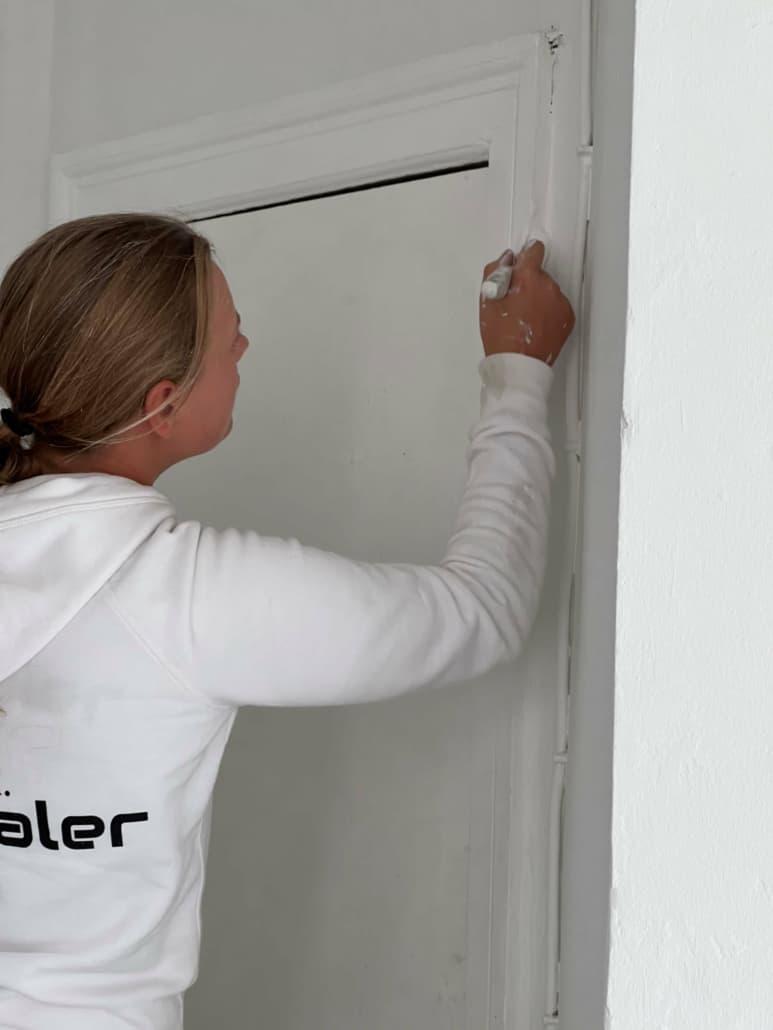 dørkarm males med hvid maling
